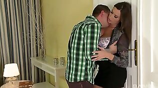 Hot Milf enjoys Sofa pussy to mouth
